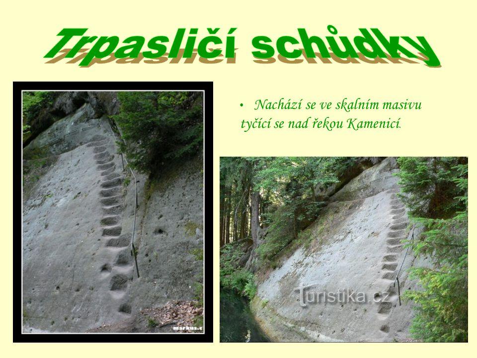 Trpasličí schůdky Nachází se ve skalním masivu tyčící se nad řekou Kamenicí.