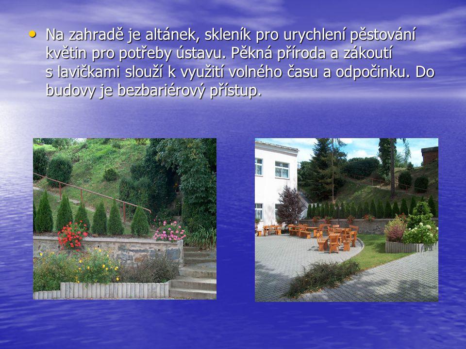 Na zahradě je altánek, skleník pro urychlení pěstování květin pro potřeby ústavu.