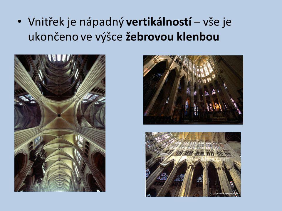 Vnitřek je nápadný vertikálností – vše je ukončeno ve výšce žebrovou klenbou