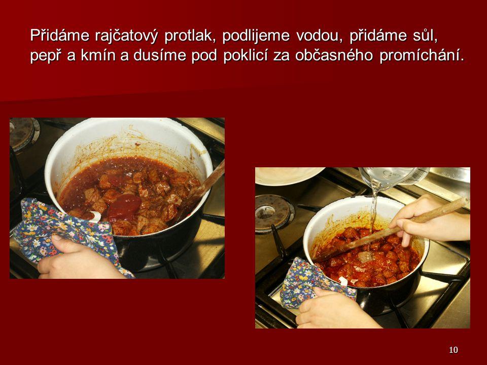 Přidáme rajčatový protlak, podlijeme vodou, přidáme sůl, pepř a kmín a dusíme pod poklicí za občasného promíchání.