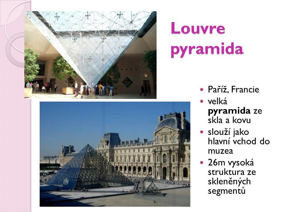 Louvre pyramida Paříž, Francie velká pyramida ze skla a kovu