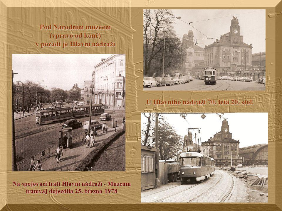 Pod Národním muzeem (vpravo od koně) v pozadí je Hlavní nádraží