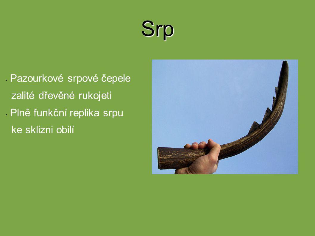 Srp Pazourkové srpové čepele zalité dřevěné rukojeti