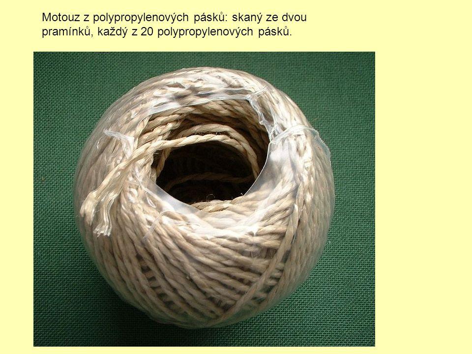 Motouz z polypropylenových pásků: skaný ze dvou pramínků, každý z 20 polypropylenových pásků.