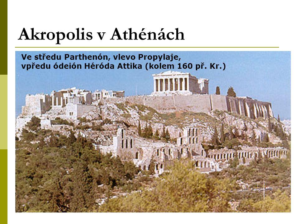 Akropolis v Athénách Ve středu Parthenón, vlevo Propylaje, vpředu ódeión Héróda Attika (kolem 160 př.