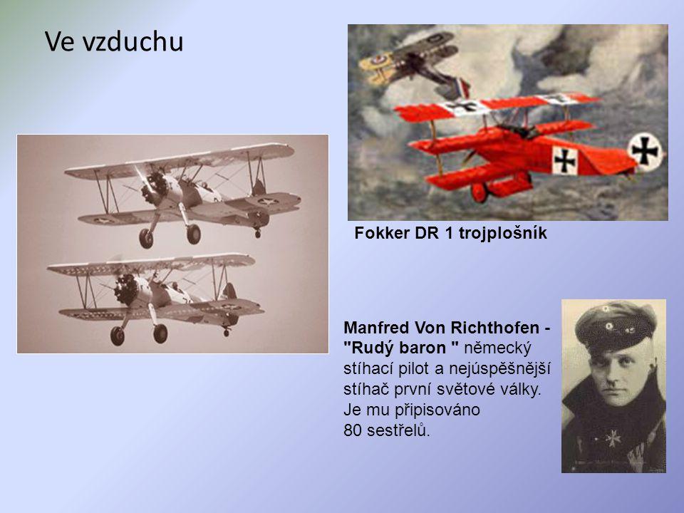 Ve vzduchu Fokker DR 1 trojplošník
