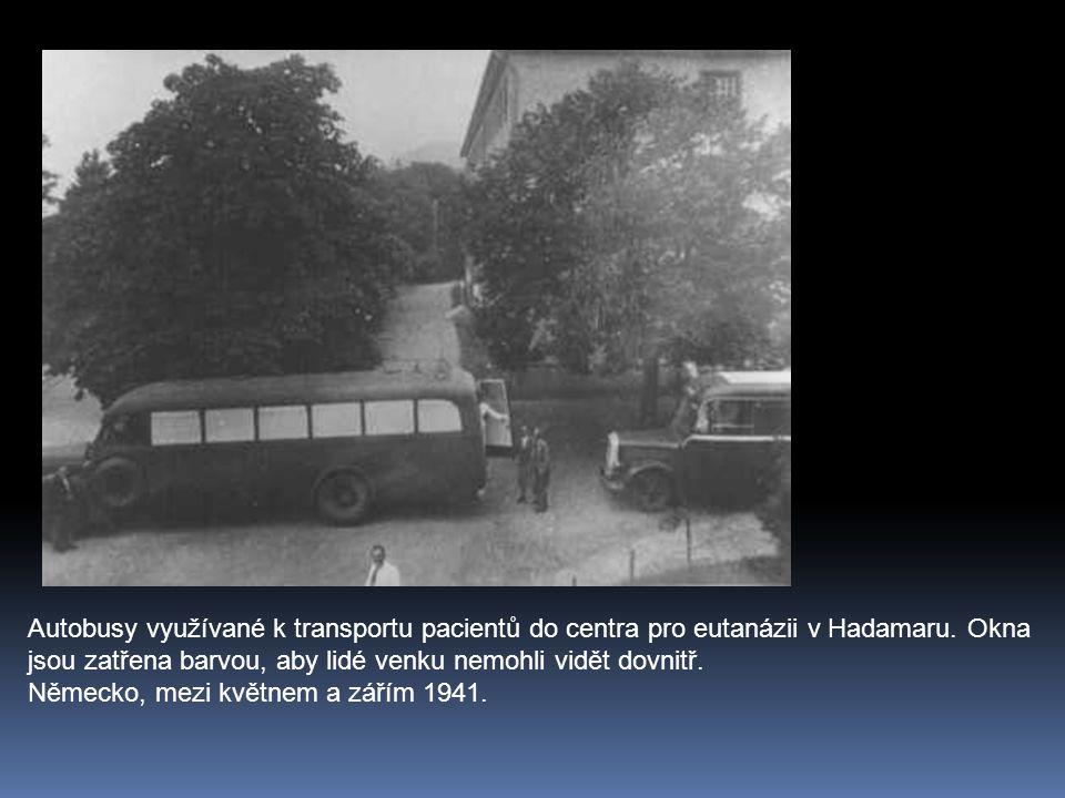 Autobusy využívané k transportu pacientů do centra pro eutanázii v Hadamaru. Okna jsou zatřena barvou, aby lidé venku nemohli vidět dovnitř.