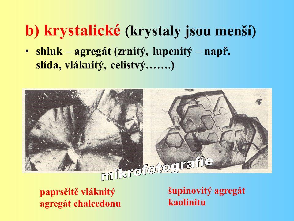 b) krystalické (krystaly jsou menší)