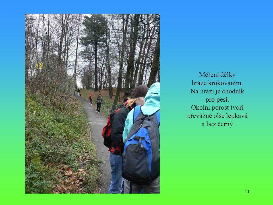 Měření délky hráze krokováním. Na hrázi je chodník pro pěší