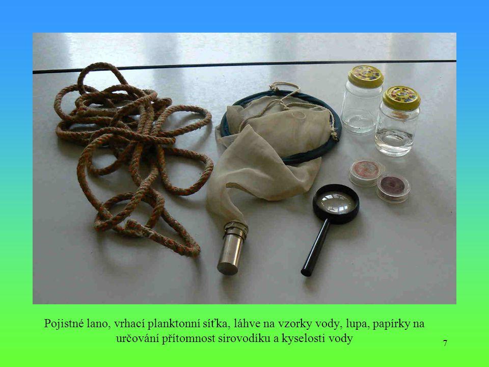 Pojistné lano, vrhací planktonní síťka, láhve na vzorky vody, lupa, papírky na určování přítomnost sirovodíku a kyselosti vody