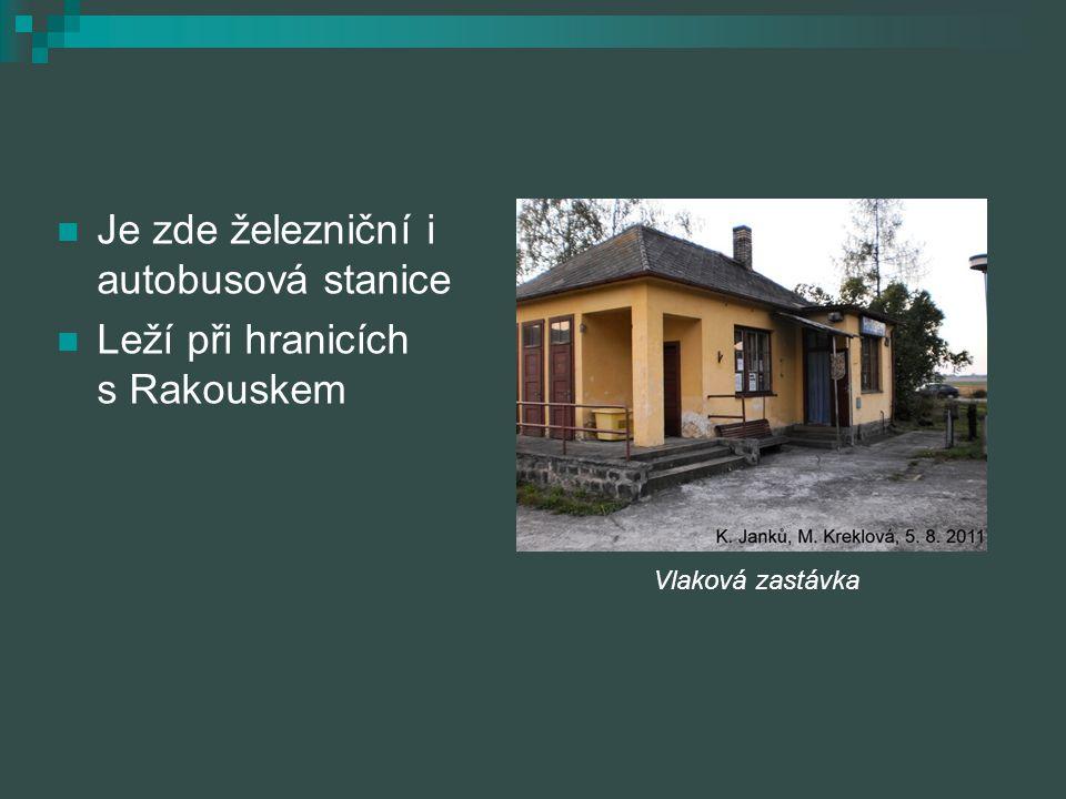Je zde železniční i autobusová stanice Leží při hranicích s Rakouskem