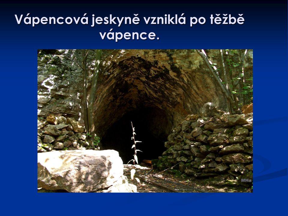 Vápencová jeskyně vzniklá po těžbě vápence.