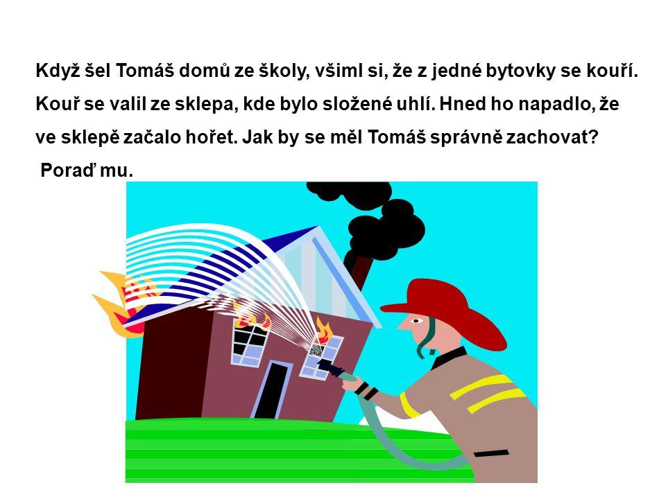 Když šel Tomáš domů ze školy, všiml si, že z jedné bytovky se kouří.