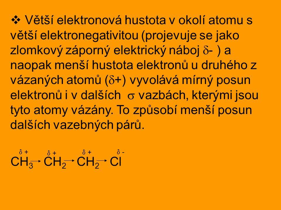 Větší elektronová hustota v okolí atomu s větší elektronegativitou (projevuje se jako zlomkový záporný elektrický náboj - ) a naopak menší hustota elektronů u druhého z vázaných atomů (+) vyvolává mírný posun elektronů i v dalších  vazbách, kterými jsou tyto atomy vázány. To způsobí menší posun dalších vazebných párů.