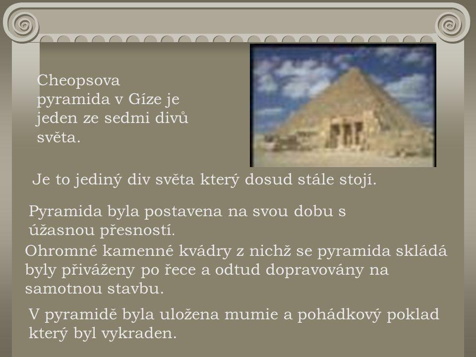 Cheopsova pyramida v Gíze je jeden ze sedmi divů světa.