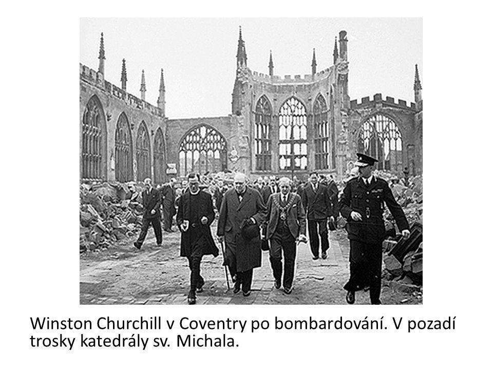 Winston Churchill v Coventry po bombardování