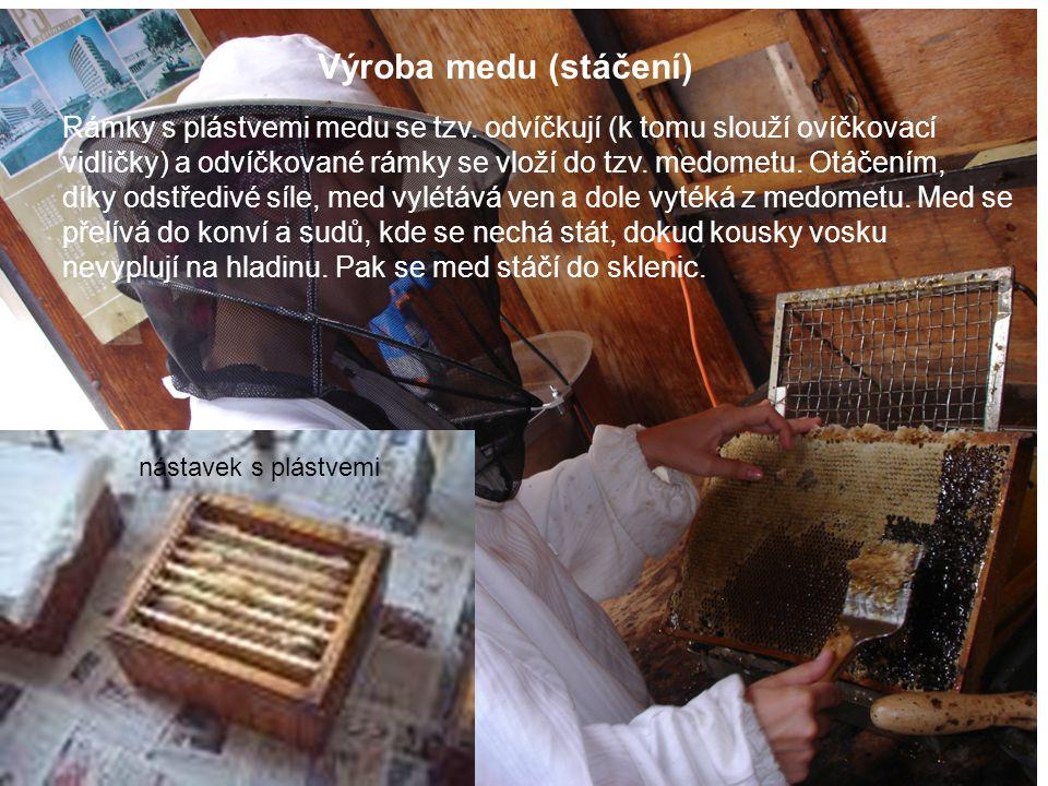 Výroba medu (stáčení) Rámky s plástvemi medu se tzv. odvíčkují (k tomu slouží ovíčkovací.