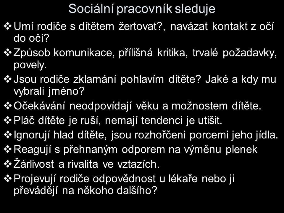 Sociální pracovník sleduje