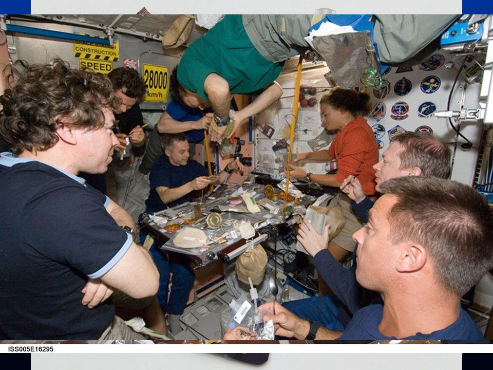 Život na palubě Jídlo je posádce dováženo převážně zmražené a ve formě konzerv, včetně ovoce a zeleniny.