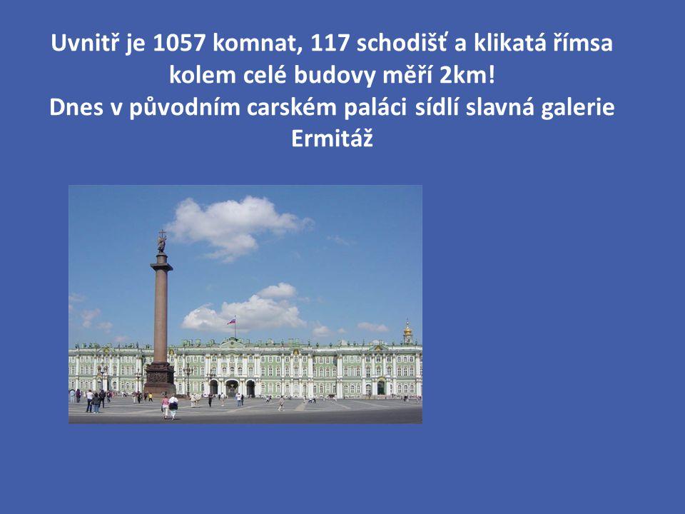 Uvnitř je 1057 komnat, 117 schodišť a klikatá římsa kolem celé budovy měří 2km.