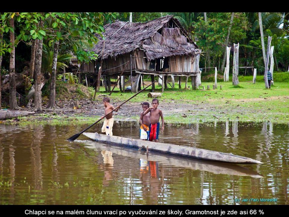 Chlapci se na malém člunu vrací po vyučování ze školy