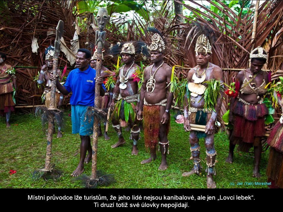 """Místní průvodce lže turistům, že jeho lidé nejsou kanibalové, ale jen """"Lovci lebek ."""