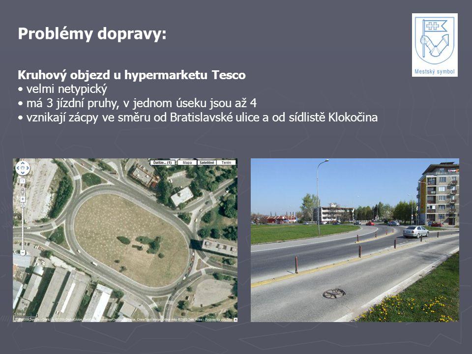 Problémy dopravy: Kruhový objezd u hypermarketu Tesco velmi netypický