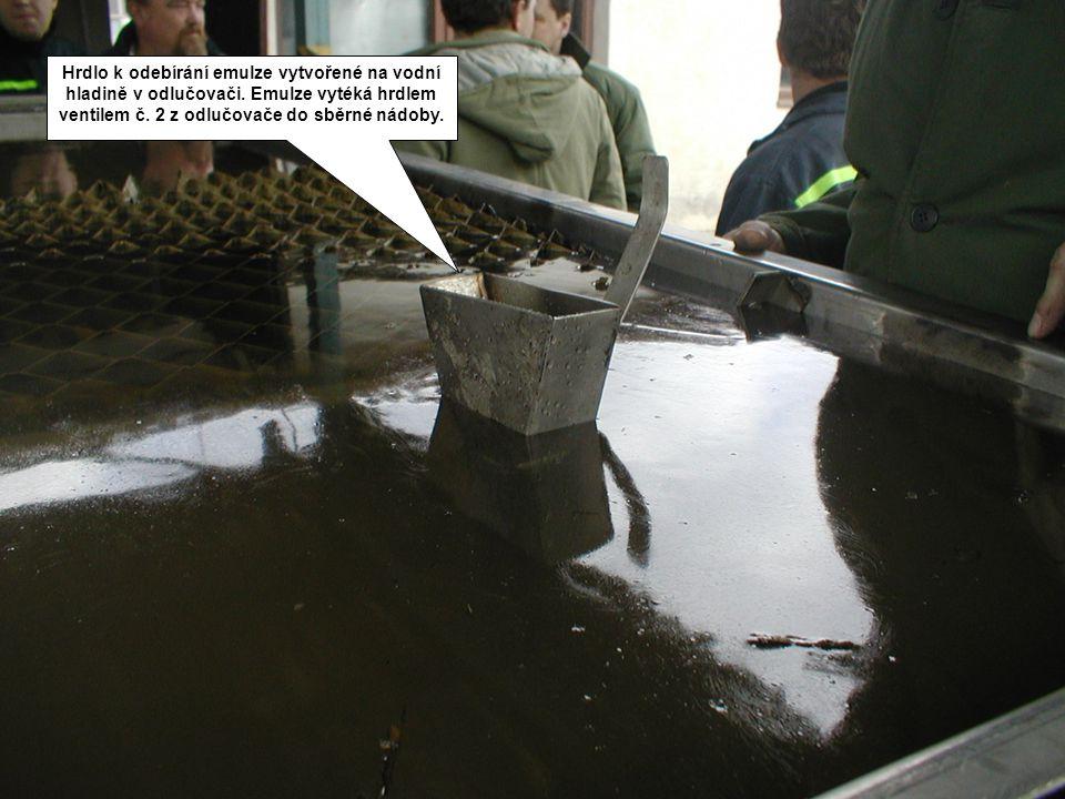 Hrdlo k odebírání emulze vytvořené na vodní hladině v odlučovači