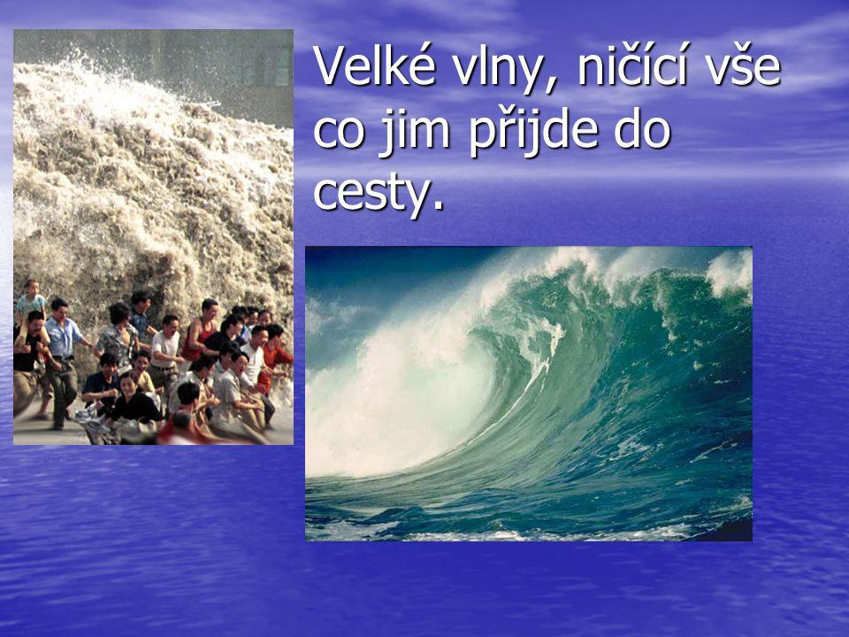 Velké vlny, ničící vše co jim přijde do cesty.