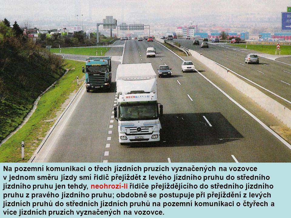 Na pozemní komunikaci o třech jízdních pruzích vyznačených na vozovce v jednom směru jízdy smí řidič přejíždět z levého jízdního pruhu do středního jízdního pruhu jen tehdy, neohrozí-li řidiče přejíždějícího do středního jízdního pruhu z pravého jízdního pruhu; obdobně se postupuje při přejíždění z levých jízdních pruhů do středních jízdních pruhů na pozemní komunikaci o čtyřech a více jízdních pruzích vyznačených na vozovce.