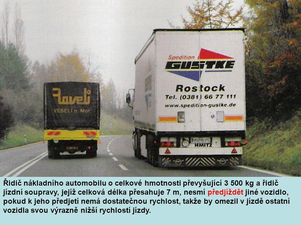 Řidič nákladního automobilu o celkové hmotnosti převyšující 3 500 kg a řidič jízdní soupravy, jejíž celková délka přesahuje 7 m, nesmí předjíždět jiné vozidlo, pokud k jeho předjetí nemá dostatečnou rychlost, takže by omezil v jízdě ostatní vozidla svou výrazně nižší rychlostí jízdy.
