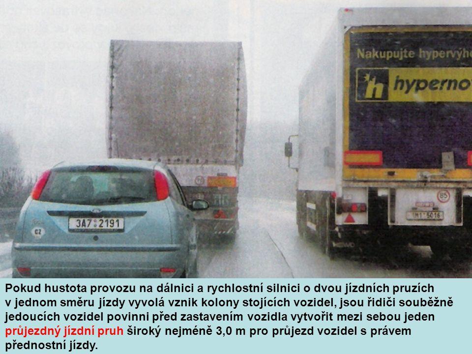 Pokud hustota provozu na dálnici a rychlostní silnici o dvou jízdních pruzích v jednom směru jízdy vyvolá vznik kolony stojících vozidel, jsou řidiči souběžně jedoucích vozidel povinni před zastavením vozidla vytvořit mezi sebou jeden průjezdný jízdní pruh široký nejméně 3,0 m pro průjezd vozidel s právem přednostní jízdy.