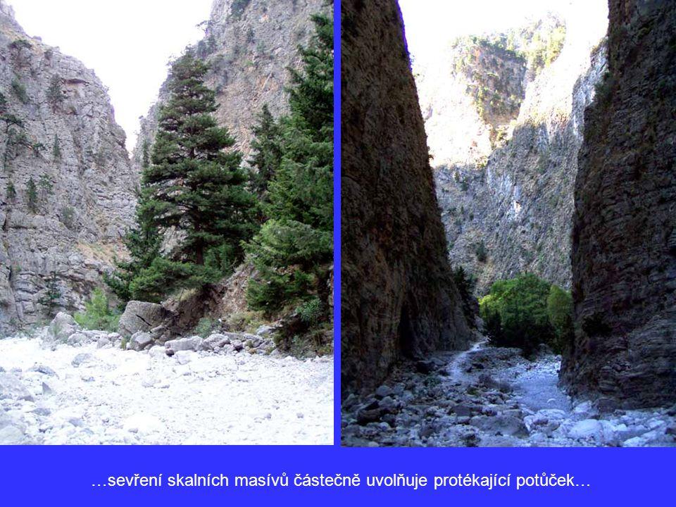 …sevření skalních masívů částečně uvolňuje protékající potůček…