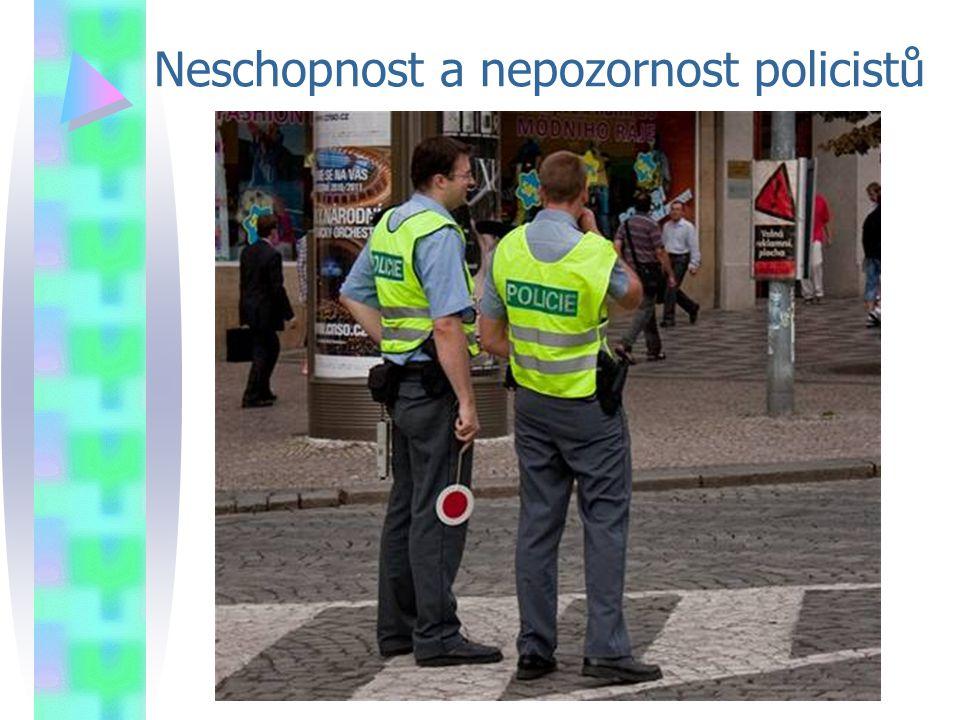 Neschopnost a nepozornost policistů