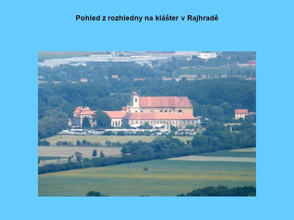 Pohled z rozhledny na klášter v Rajhradě