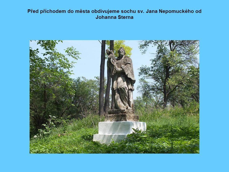 Před příchodem do města obdivujeme sochu sv