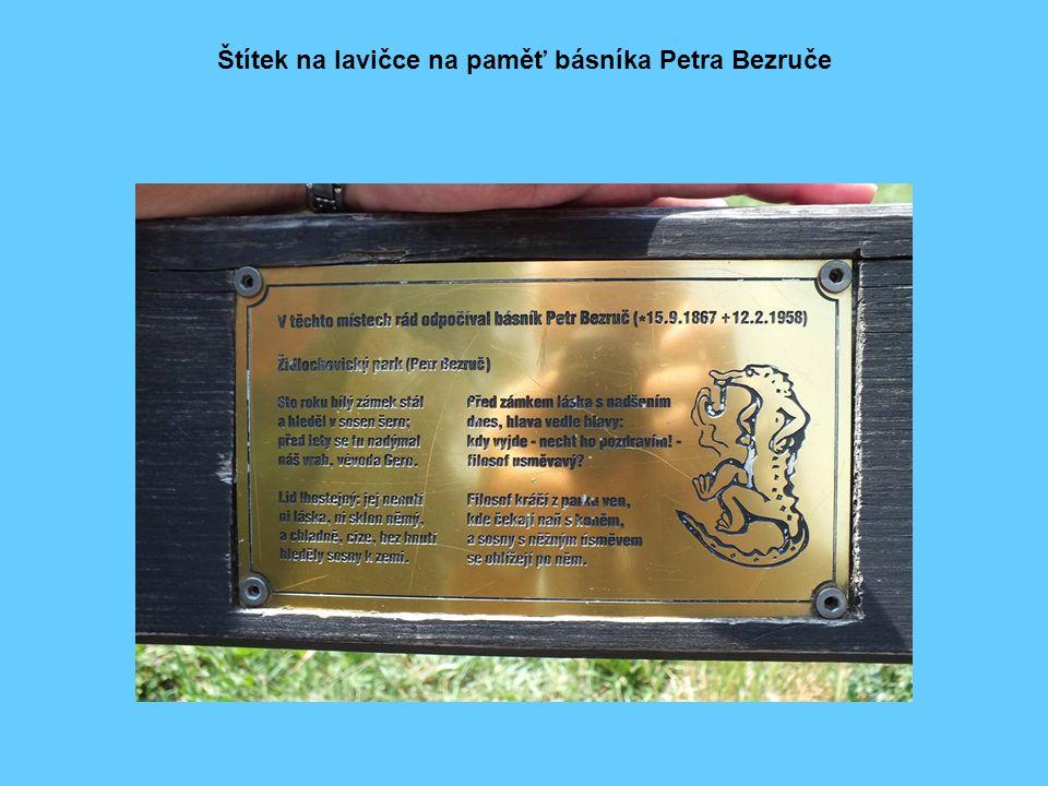 Štítek na lavičce na paměť básníka Petra Bezruče