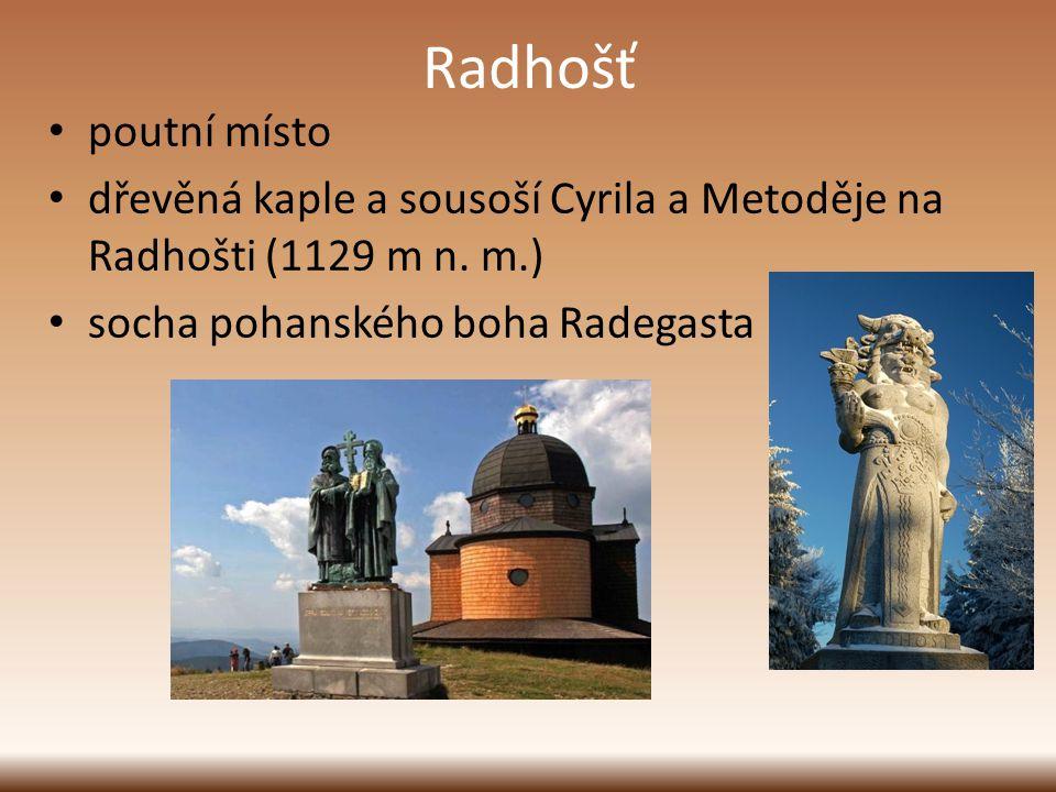 Radhošť poutní místo. dřevěná kaple a sousoší Cyrila a Metoděje na Radhošti (1129 m n.
