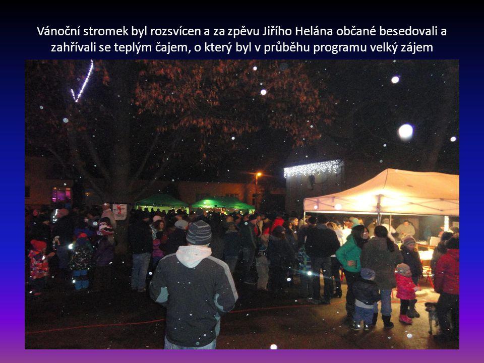 Vánoční stromek byl rozsvícen a za zpěvu Jiřího Helána občané besedovali a zahřívali se teplým čajem, o který byl v průběhu programu velký zájem