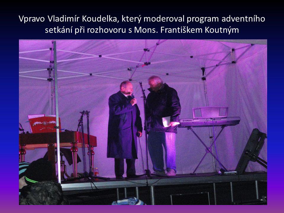 Vpravo Vladimír Koudelka, který moderoval program adventního setkání při rozhovoru s Mons.