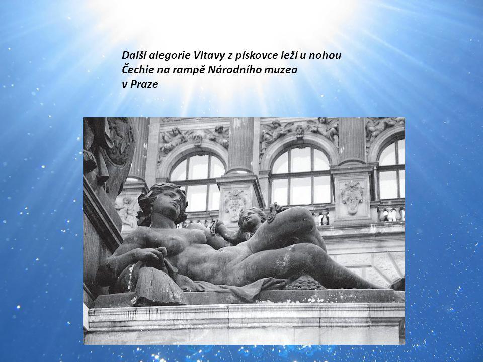 Další alegorie Vltavy z pískovce leží u nohou Čechie na rampě Národního muzea