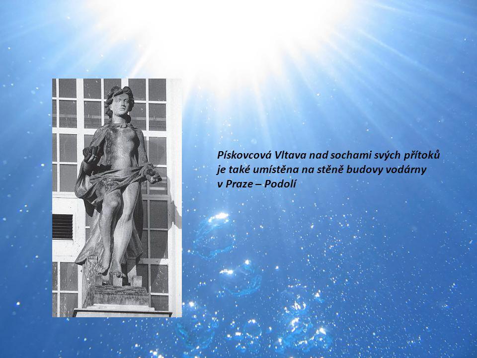 Pískovcová Vltava nad sochami svých přítoků je také umístěna na stěně budovy vodárny v Praze – Podolí
