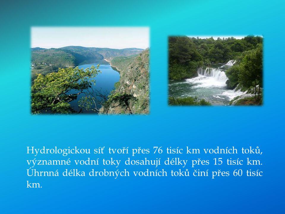 Hydrologickou síť tvoří přes 76 tisíc km vodních toků, významné vodní toky dosahují délky přes 15 tisíc km.