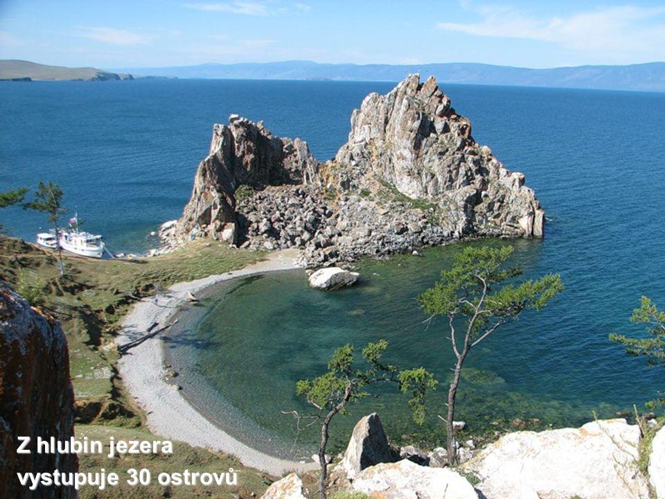 Z hlubin jezera vystupuje 30 ostrovů