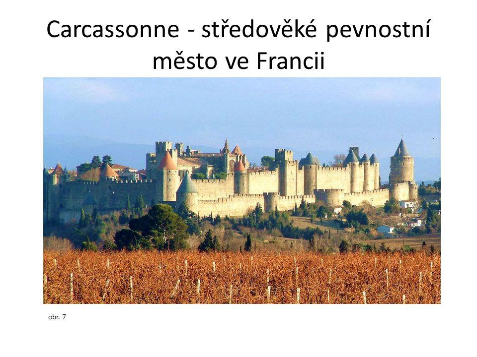 Carcassonne - středověké pevnostní město ve Francii