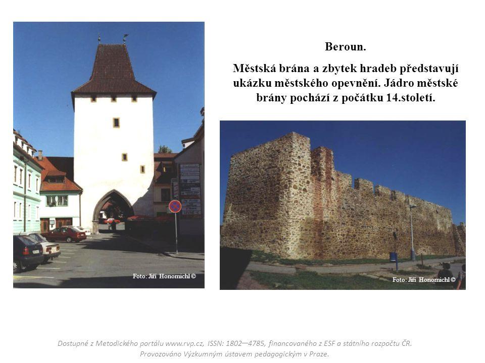 Beroun. Městská brána a zbytek hradeb představují ukázku městského opevnění. Jádro městské brány pochází z počátku 14.století.