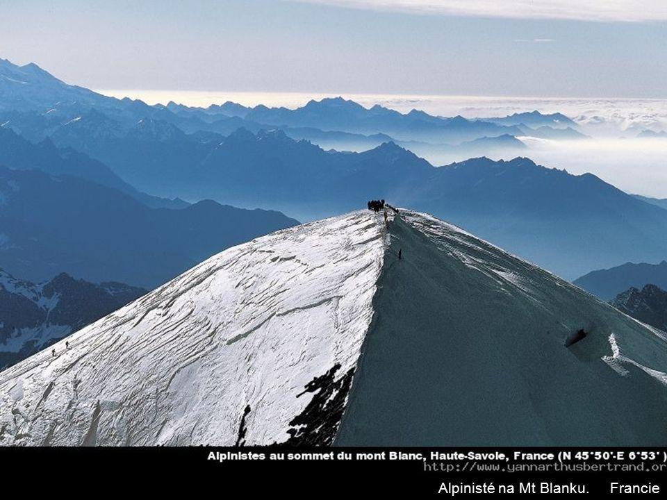 Alpinisté na Mt Blanku. Francie