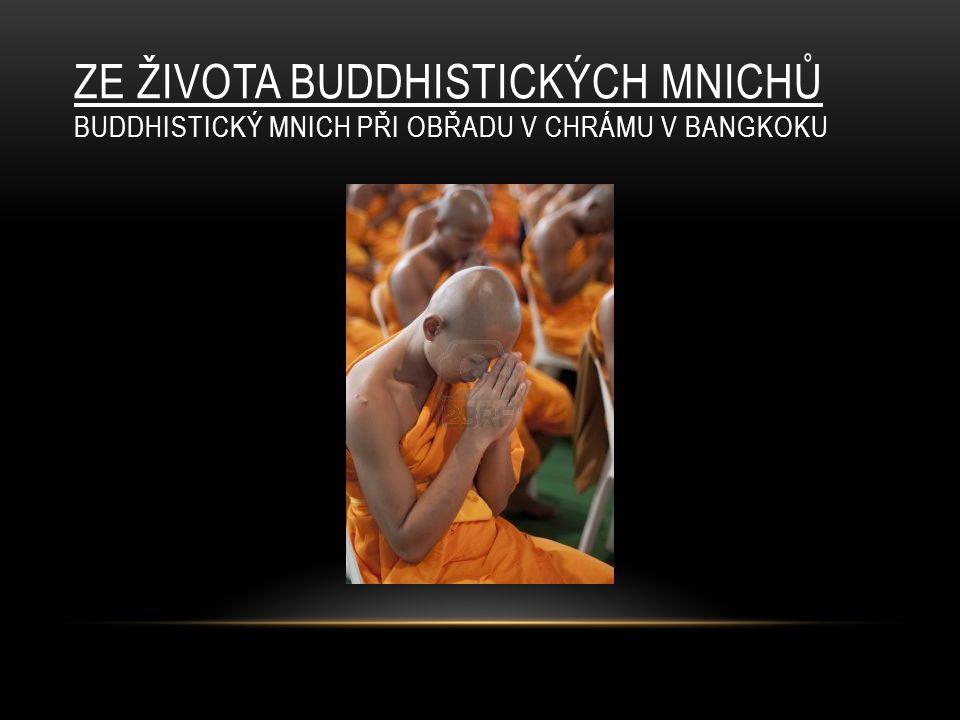 ZE ŽIVOTA BUDDHISTICKÝCH MNICHŮ BUDDHISTICKÝ MNICH PŘI OBŘADU V CHRÁMU V BANGKOKU
