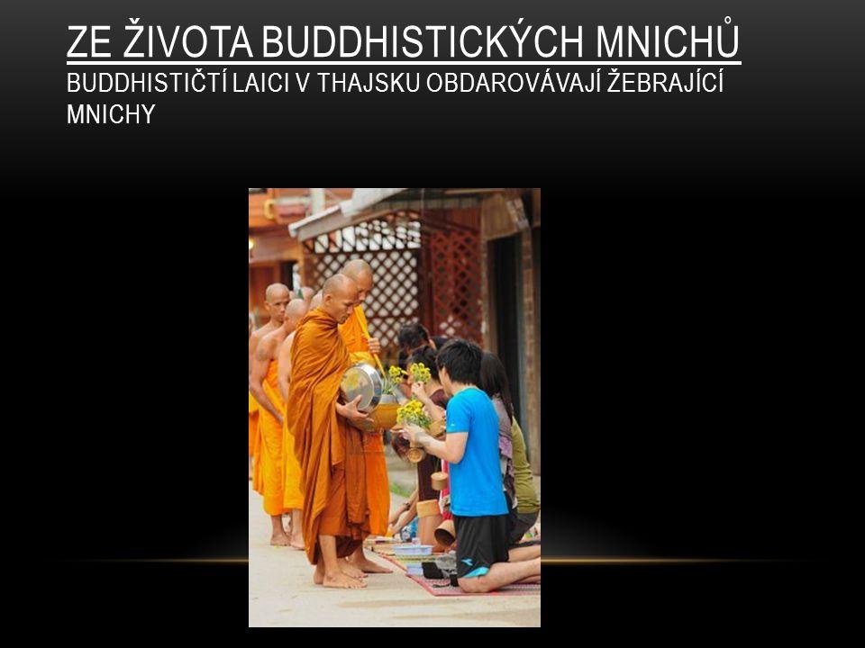 ZE ŽIVOTA BUDDHISTICKÝCH MNICHŮ BUDDHISTIČTÍ LAICI V THAJSKU OBDAROVÁVAJÍ ŽEBRAJÍCÍ MNICHY