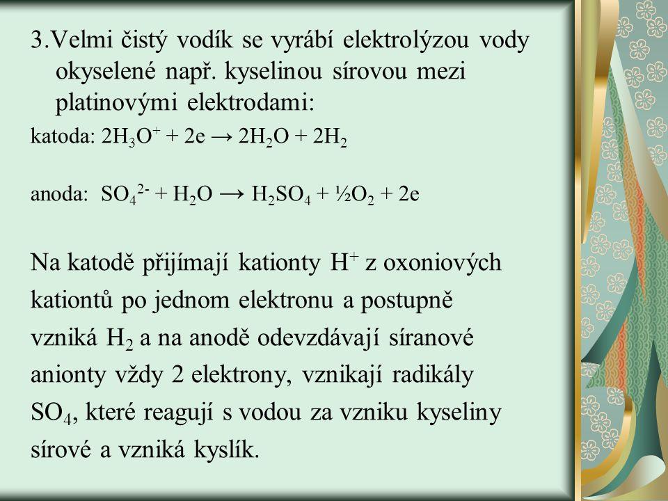 Na katodě přijímají kationty H+ z oxoniových